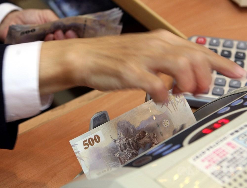 央行3日標售364天期定存單,得標利率下探0.333%創下歷史新低,凸顯國內資金極度寬鬆。(中央社檔案照片)