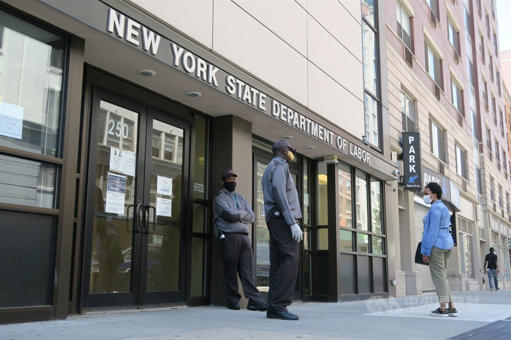 武漢肺炎疫情在美國影響數百萬人生計,美國勞工部28日公布,上週212萬人初次申請失業給付,10週來超過4000萬人遞件。圖為民眾在紐約州勞工廳布魯克林城區辦公室外諮詢。中央社記者尹俊傑紐約攝 109年5月28日