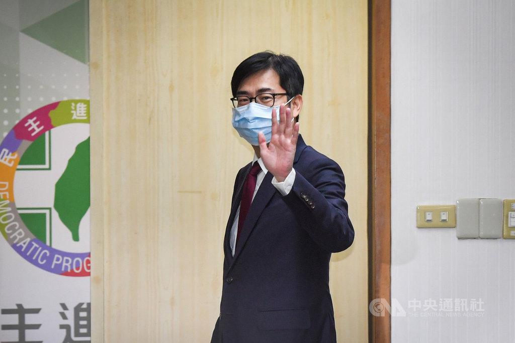 行政院副院長陳其邁3日下午出席民進黨中常會,會前向媒體揮手致意。中央社記者林俊耀攝 109年6月3日