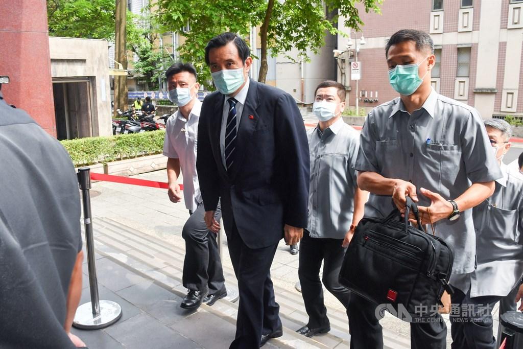 太陽花學運期間,有民眾在行政院前靜坐遭驅離,自訴前總統馬英九等人涉殺人未遂。台北地方法院3日開辯論庭,馬英九(前中)出庭。中央社記者林俊耀攝 109年6月3日