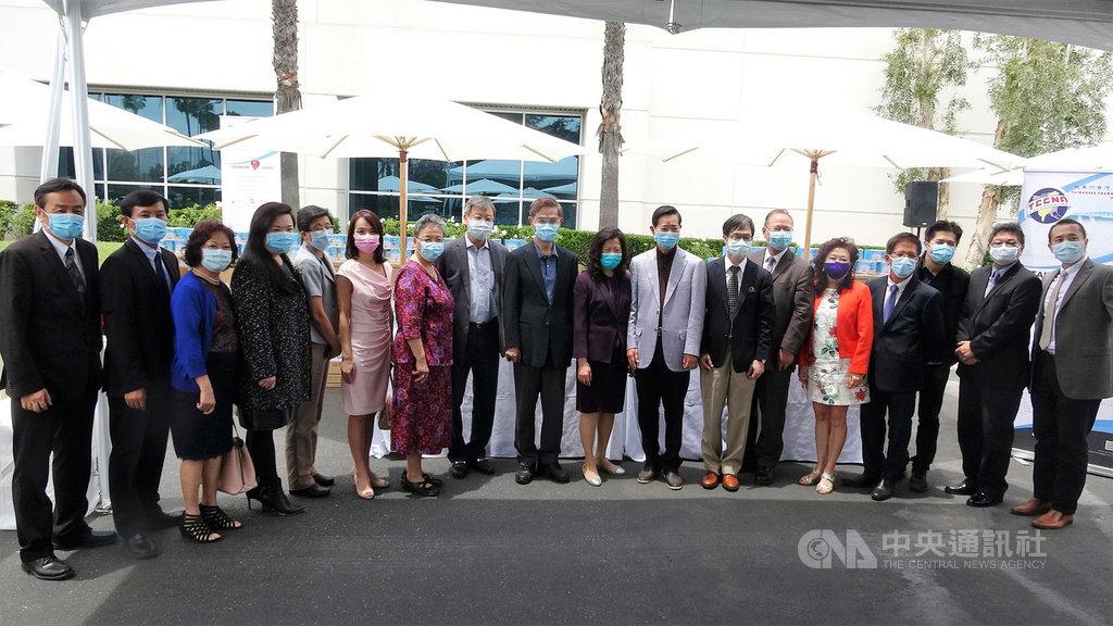 北美洲台灣商會聯合總會串連在美國、加拿大34個分會募款,購買台灣製造的口罩在美行善。2日在洛杉磯記者會,有遠自拉斯維加斯、聖地牙哥、棕櫚泉的台商出席。中央社記者林宏翰洛杉磯攝 109年6月3日