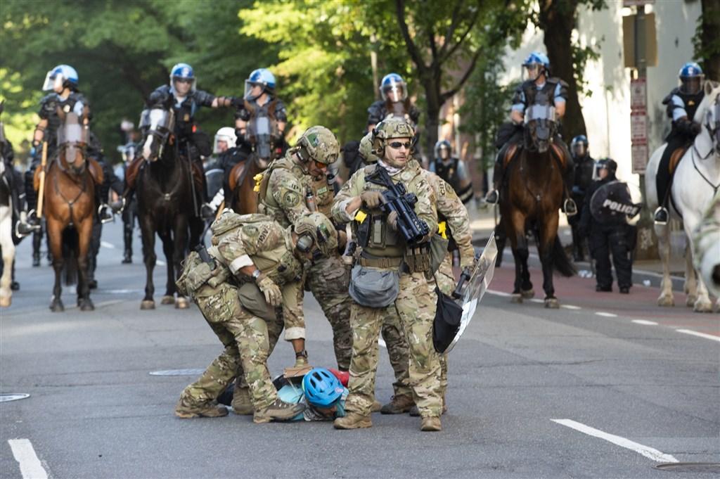 美國華府多個晚上出現暴力示威之後,國防部五角大廈2日表示,已調派約1600人的陸軍部隊進駐。(法新社提供)