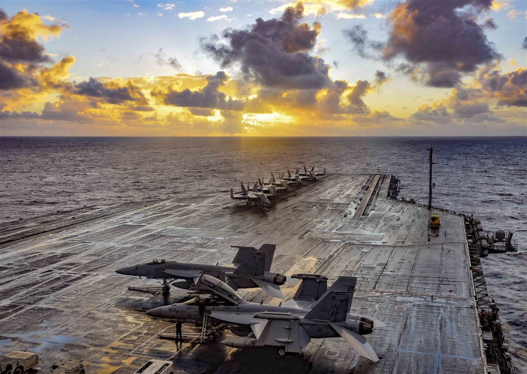菲律賓外交部長陸辛發出外交照會給美國駐菲大使,告知希望暫不終止菲美軍隊互訪協定(VFA)的計畫。圖為美國航空母艦羅斯福號1日通過菲律賓海。(圖取自 Flickr;作者Official U.S. Navy Page,CC BY 2.0)