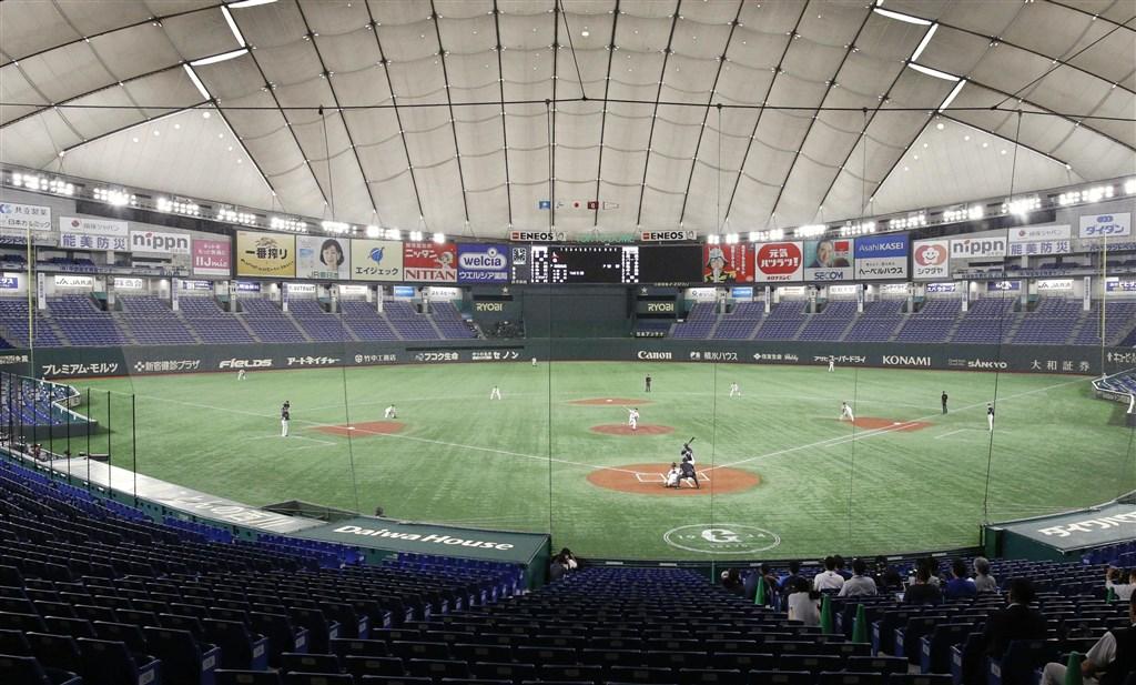 日本職棒讀賣巨人與西武獅3日練習賽突然取消,並傳出有2名球員確診武漢肺炎。圖為2日巨人與西武的練習賽。(共同社提供)
