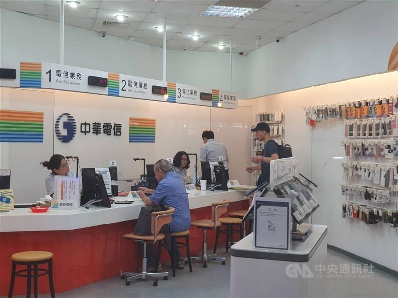 NCC 3日核發中華電信行動寬頻業務3.5GHz及28GHz頻段2個頻段的特許執照,中華電信成為台灣第一家拿到5G執照的電信公司,隨時可開台。圖為中華電信門市。(中央社檔案照片)