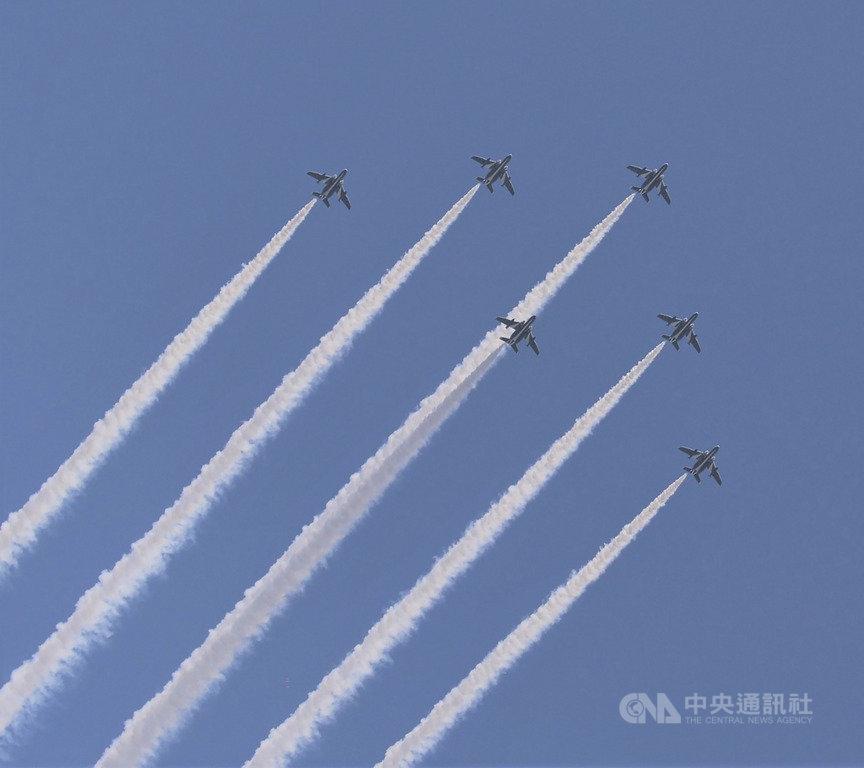 為感謝與武漢肺炎奮戰的醫護人員,日本航空自衛隊的「藍色衝擊波」飛行表演隊,5月29日出動6機編隊在東京都上空表演(圖)。防衛省正考慮也在其他城市進行這類飛行表演。中央社記者楊明珠東京攝 109年6月2日
