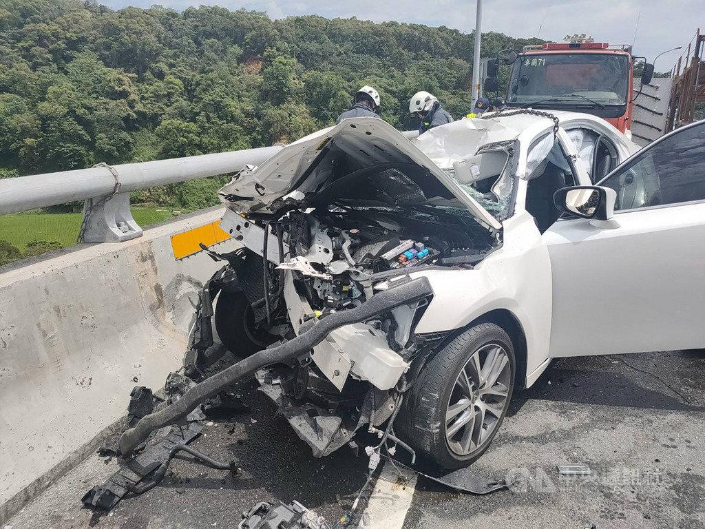 苗栗縣三義鄉新義里大橋北上方向,4日發生自小客車疑因車速過快,與砂石車碰撞後衝撞護欄事故,自小客車車頭嚴重毀損,車內5人中2人不幸死亡、3人重傷。(民眾提供)中央社記者管瑞平傳真 109年6月4日
