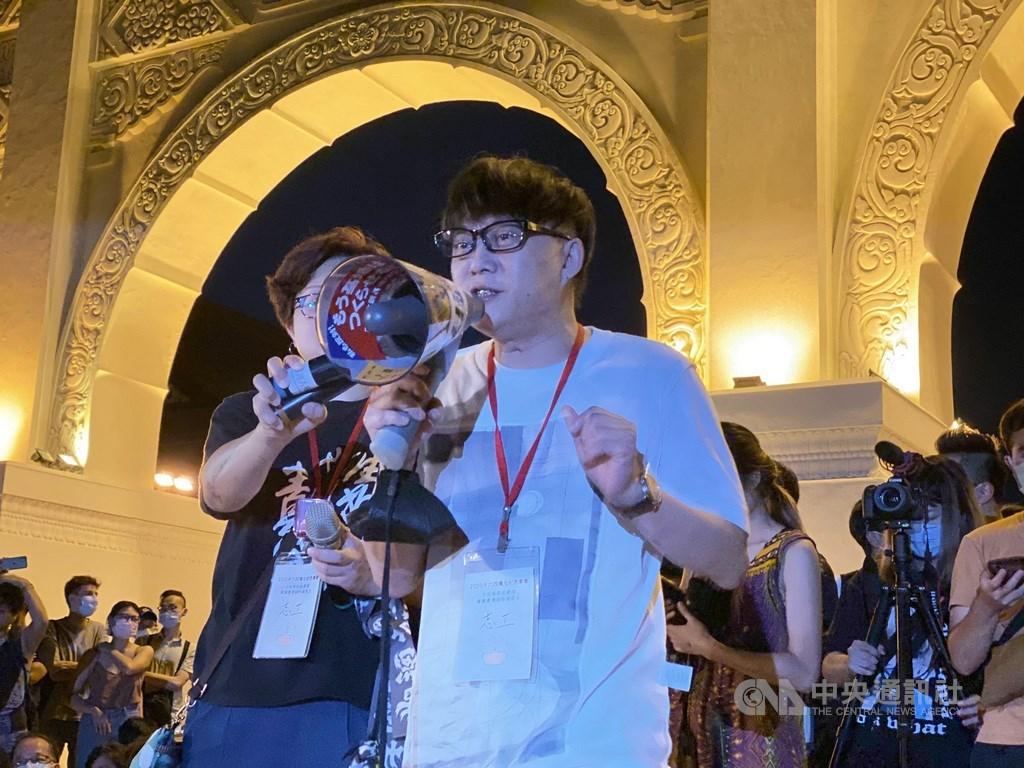 來自香港的知名填詞人林夕4日晚間現身台北自由廣場的「六四」紀念活動。中央社記者賴言曦攝 109年6月4日