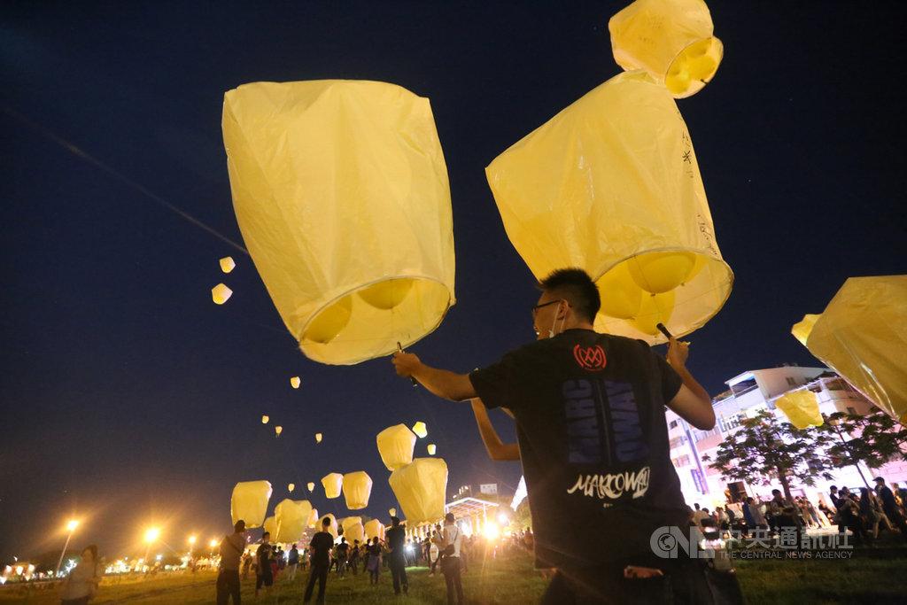 罷韓團體4日晚間持續舉行遊行活動,為6日將登場的高雄市長韓國瑜罷免案催票,展現「堅定罷韓」立場。中央社記者董俊志攝 109年6月4日