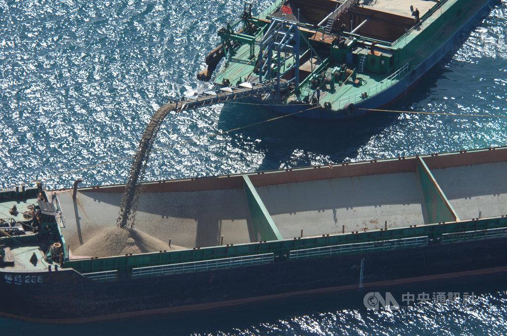 海巡署艦隊分署3日清晨在澎湖七美西南方46浬處台灣灘海域發現20多艘抽砂船,隨即展開取締,發現中國「海航5679」抽砂船違法盜砂。(海巡署提供)中央社 109年6月4日