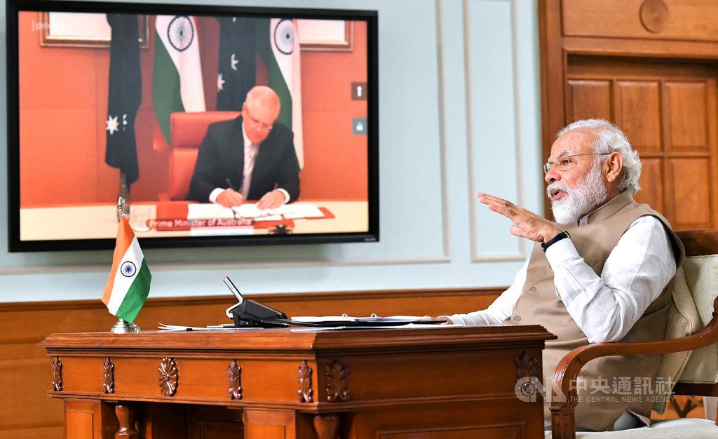 印度總理莫迪4日透過視訊與澳洲總理莫里森(布幕中)進行高峰會議,雙方並建立全面戰略夥伴關係,提升國防與外交2+2對話為部長級對話,並簽署7項協定。(印度外交部提供)中央社記者康世人新德里傳真  109年6月4日
