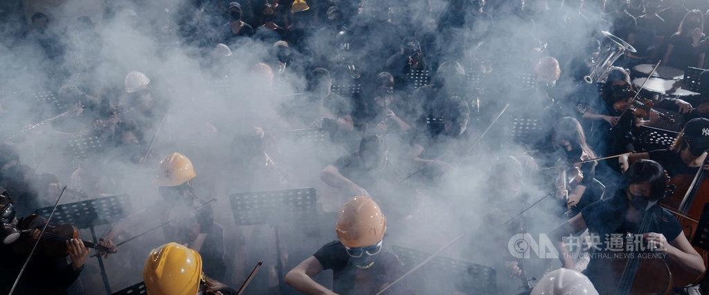 公視藝術節目「藝術很有事」,6日最新一集「榮光燦爛」聚焦香港,邀請反送中運動期間,被封為港版國歌「願榮光歸香港」的製作團隊現身說法。圖為民眾自發籌組管弦樂團拍攝MV,引起廣大共鳴。(公視提供)中央社記者葉冠吟傳真 109年6月4日