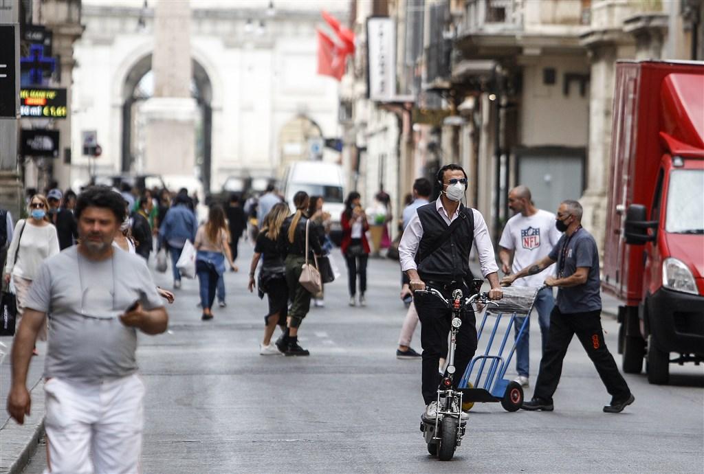 封鎖措施實施3個月後,義大利3日起對歐洲觀光客恢復開放,希望隨著夏季旅遊旺季展開,解封助觀光業回春。圖為義大利羅馬街頭。(安納杜魯新聞社提供)