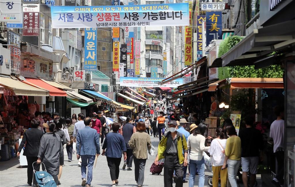 韓國截至4日凌晨零時,確診感染武漢肺炎新增39例,首都圈再傳直銷說明會群聚感染。圖為首爾南大門市場逛街人潮。(韓聯社提供)