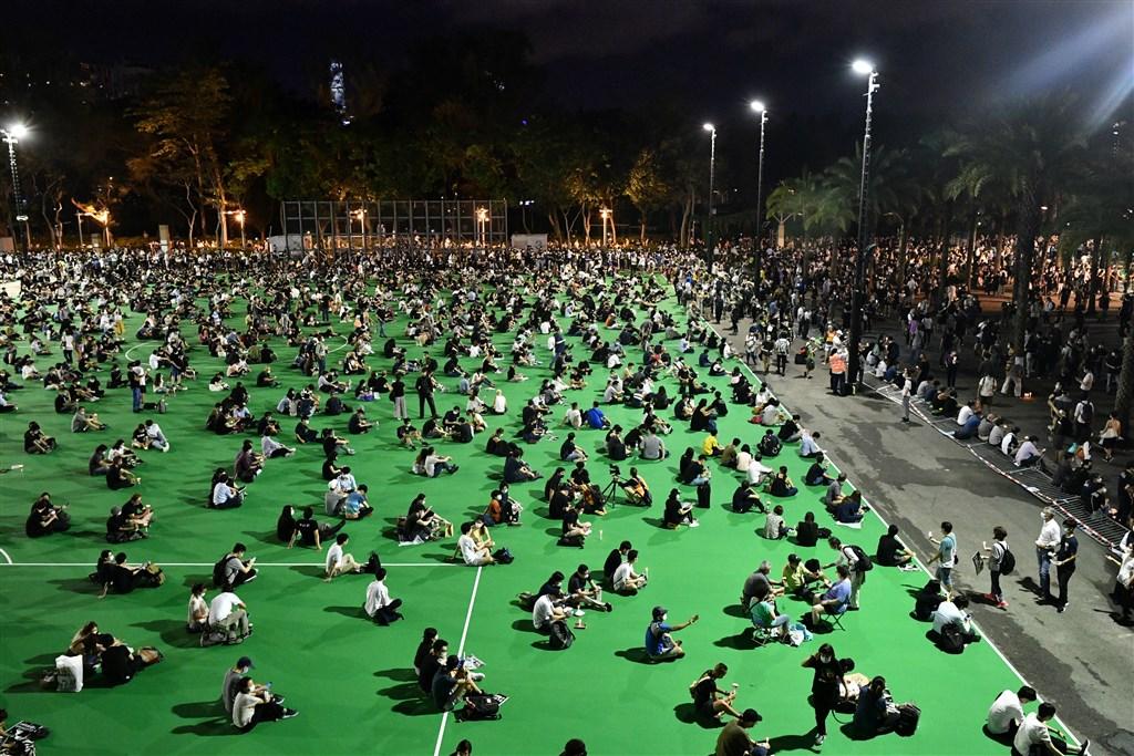 香港市民支援愛國民主運動聯合會4日晚間不理會警方反對舉行「六四」燭光晚會,現場吸引大批市民參加。 (法新社提供)