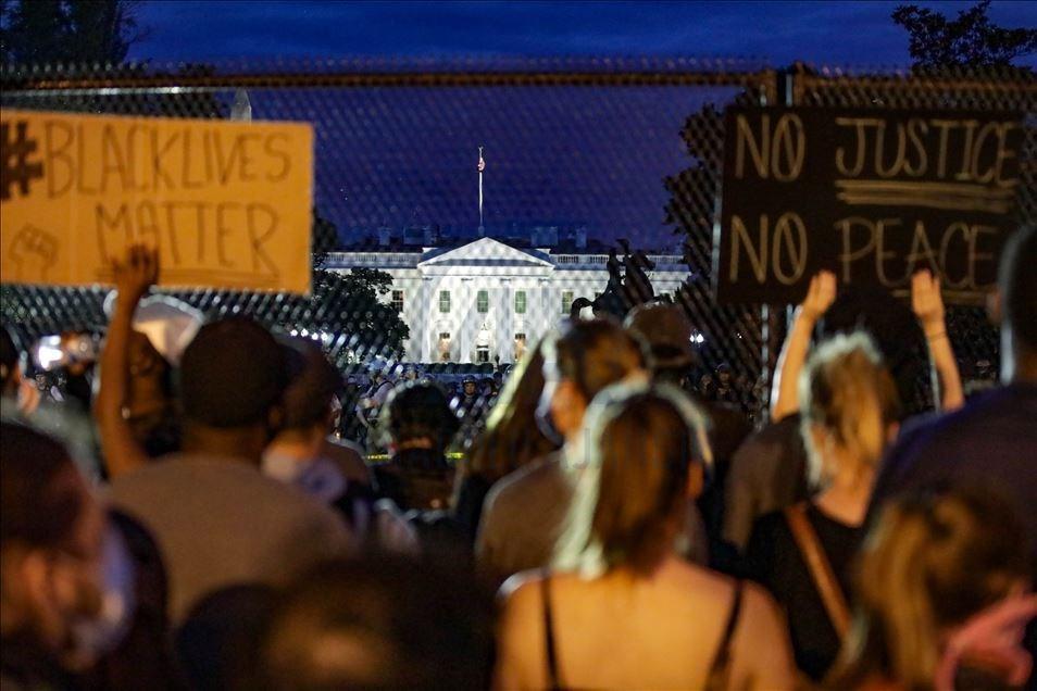 美國非裔男子佛洛伊德日前遭白人警察壓頸致死,引發美國示威者不顧宵禁命令持續上街抗議洩憤,不過2日深夜暴力情況已明顯減少。圖為美國民眾深夜聚集在白宮前抗議。(安納杜魯新聞社提供)