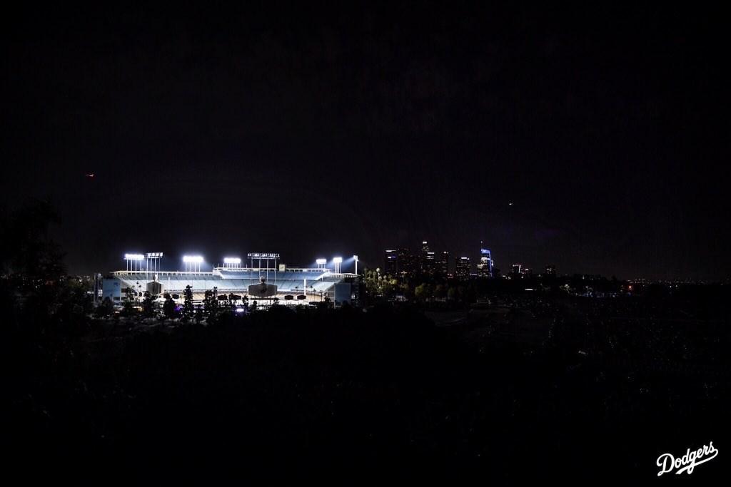 非裔男子佛洛伊德之死引發全美抗議潮,洛杉磯地區3日發起串連,晚間9時一起亮燈8分46秒紀念佛洛伊德,職棒主場道奇球場加入響應。(圖取自twitter.com/Dodgers)