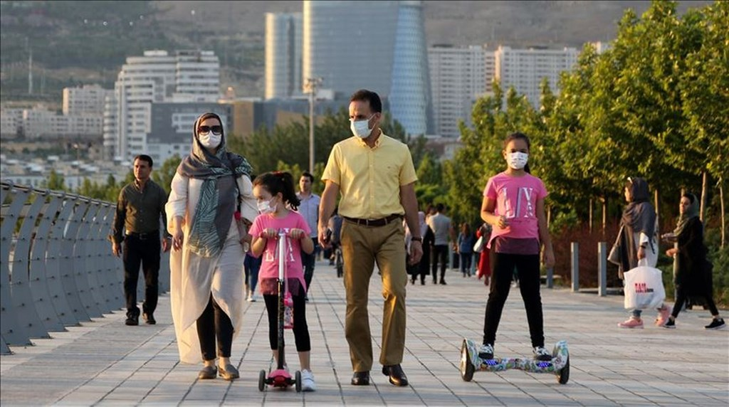 武漢肺炎疫情持續,截至台灣5日凌晨3時,全球至少38萬7280人死於疫情,累計確診感染至少656萬3710例。圖為伊朗民眾戴口罩在戶外散步。(安納杜魯新聞社提供)