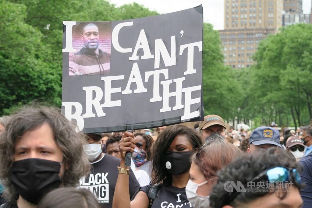 美國非裔男子佛洛伊德死於白人警察之手,紐約市布魯克林區當地時間4日舉辦追悼活動,參與者高舉「我無法呼吸」標語。中央社記者尹俊傑紐約攝 109年6月5日