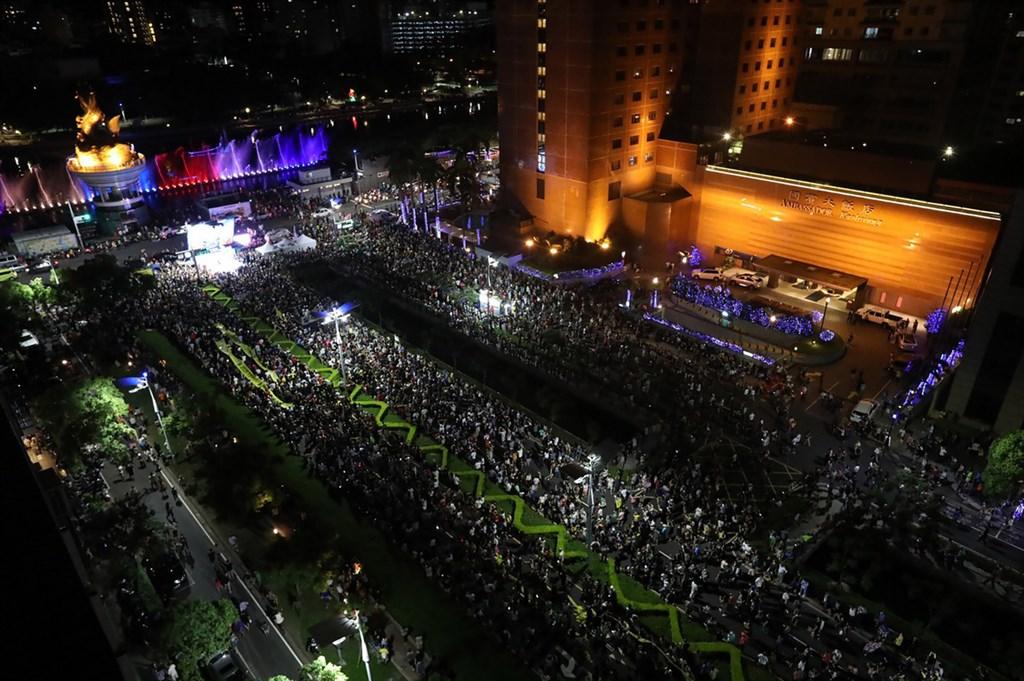 高雄市長韓國瑜罷免案,也是台灣自治史上首次直轄市長罷免案6日即將投票,公民團體「Wecare高雄」5日晚間發起最後一次催票大遊行,帶領眾人宣示「6月6日、非韓不投」決心。(Wecare高雄提供)中央社 109年6月5日