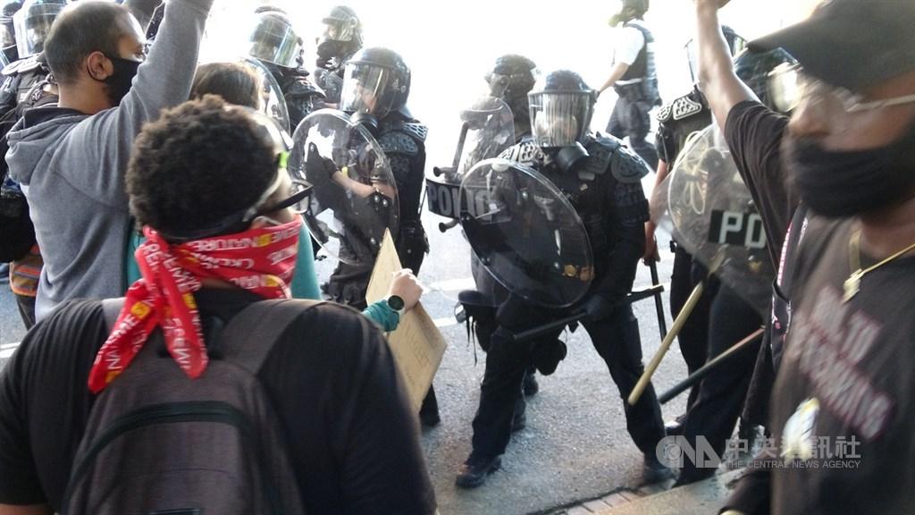 美國反種族歧視抗議遍地開花,上千名群眾聚集白宮前抗議。中央社記者江今葉華盛頓攝 109年6月2日