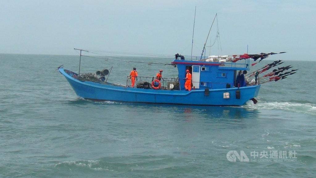 馬祖海巡隊5日在莒光海域查獲一艘無船名陸籍漁船違規越界作業,以優勢警力登船檢查,並將人船押返偵辦。(第十海巡隊提供)中央社 109年6月5日