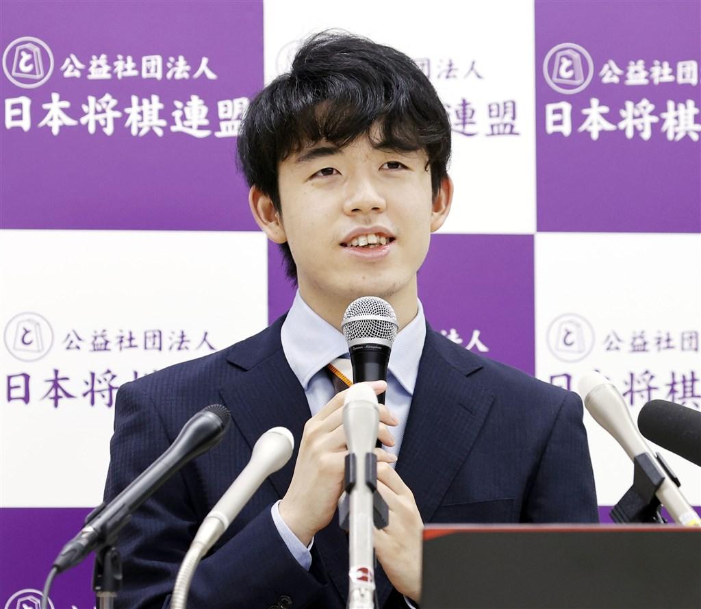 日本將棋界天才型棋士、17歲的藤井聰太(圖)4日在第91屆棋聖挑戰者決定賽中戰勝27歲的永瀨拓矢,成為最年輕的頭銜挑戰者。(共同社提供)