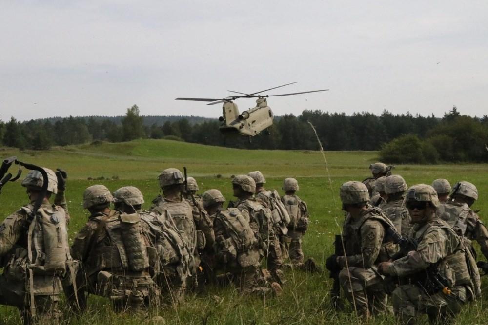 德國長久以來一直是美軍在歐洲的一大訓練樞紐,擁有各類重要美軍基地,包括在格拉芬韋赫及霍亨費爾茨的主要訓練基地及駐歐美國空軍、陸軍總部。圖為格拉芬韋赫訓練基地。(圖取自美國國防部網頁www.defense.gov)