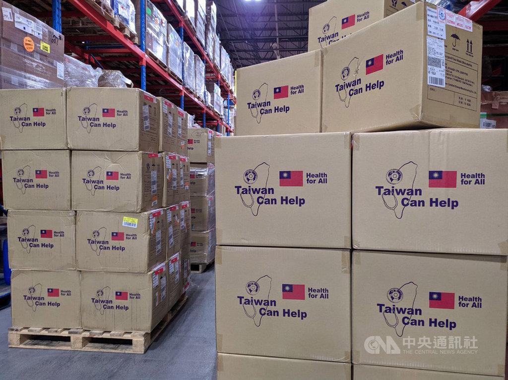 台灣2度捐贈加拿大政府防疫個人防護設備,包括100萬片外科用口罩、10萬片N95口罩、2萬件防護衣及8萬件隔離衣。(駐加拿大代表處提供)中央社記者胡玉立多倫多傳真 109年6月6日