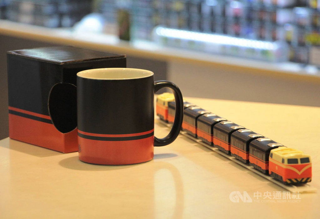 台鐵推出環島觀光列車「鳴日號」首款週邊商品,具質感的迴力車與馬克杯將於9日鐵路節販售。(台鐵提供)中央社記者汪淑芬傳真 109年6月6日