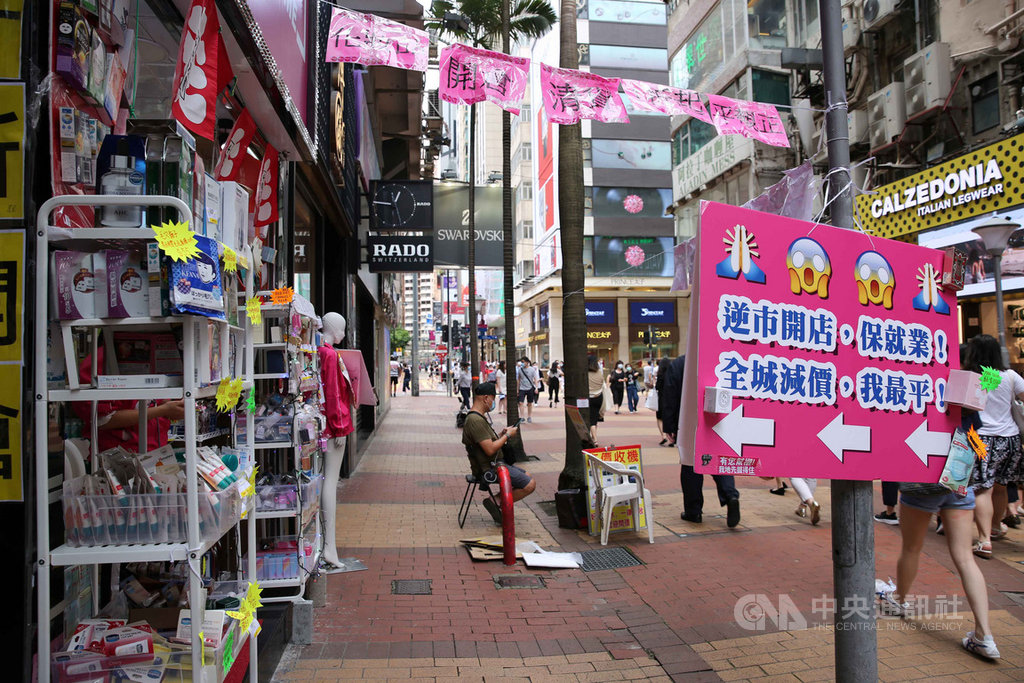 香港官員6日指出,本地超過半數符合資格的僱主,已向當局申請「保就業」計畫資助。圖為6月3日銅鑼灣購物區,迄今依然生意冷清,許多店面關門。(中通社提供)中央社 109年6月6日