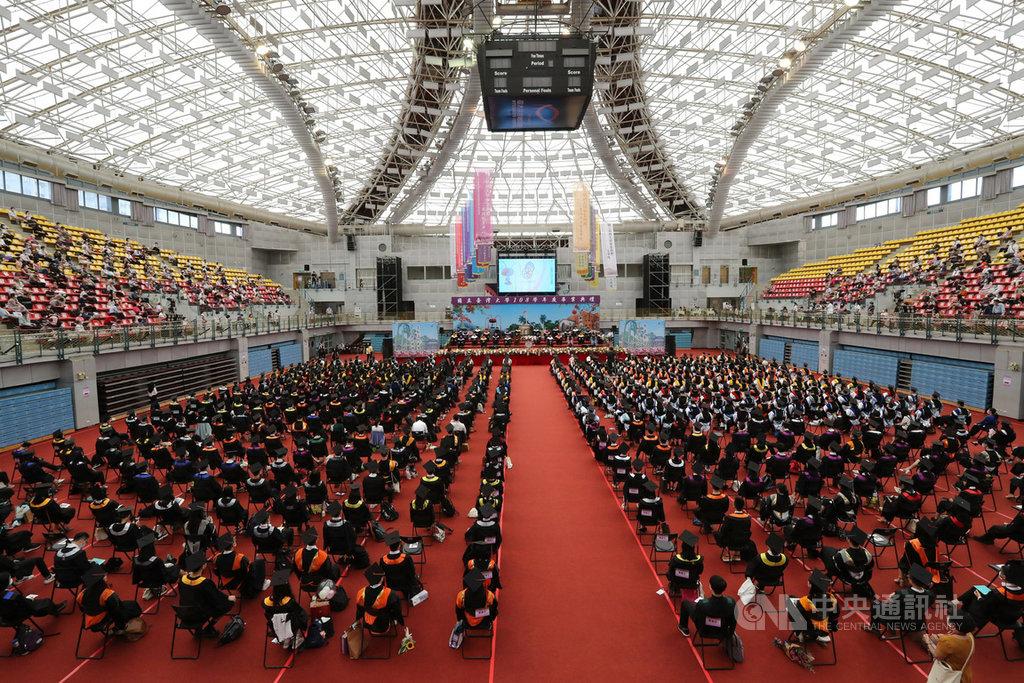 台大6日上午舉行畢業典禮,因應疫情,今年畢業典禮略縮小規模,僅500多名畢業生參與,現場座位安排也拉開距離。中央社記者張皓安攝 109年6月6日