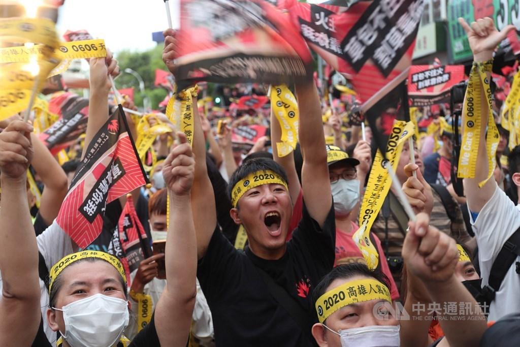 台灣自治史上首次直轄市長罷免案6日傍晚結果揭曉,高雄市長韓國瑜確定遭到罷免,罷韓總部外群眾氣氛激昂,歡聲雷動。中央社記者吳家昇攝 109年6月6日