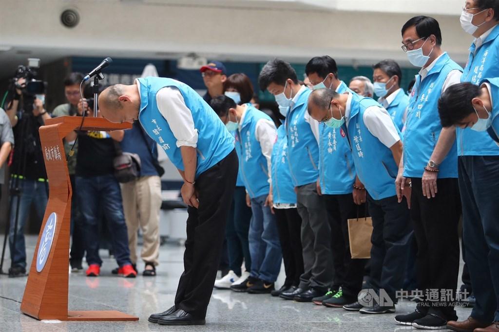 確定遭罷免成功的高雄市長韓國瑜(前左)6日傍晚率市府團隊在四維行政中心舉行記者會,會中深深鞠躬向支持者致意,並提出兩個感謝,三個遺憾,一個祝福。中央社記者王騰毅攝 109年6月6日