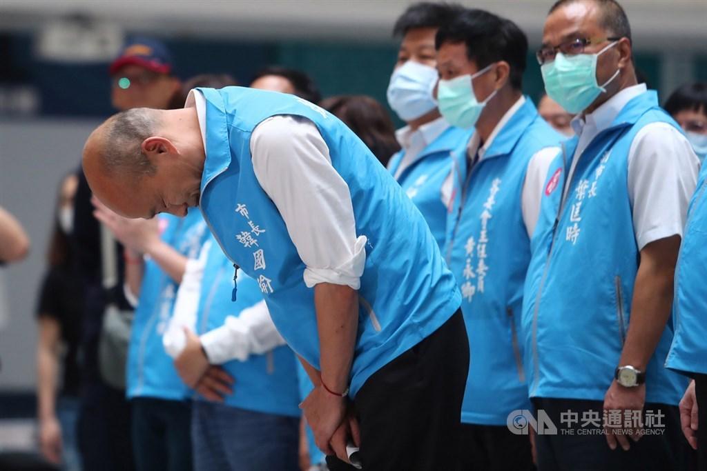 高雄市長韓國瑜(前左)6日傍晚在罷韓案結果底定後,率領市府團隊在四維行政中心舉行記者會發表談話,會中深深鞠躬向一路走來所有支持者致意。中央社記者王騰毅攝 109年6月6日