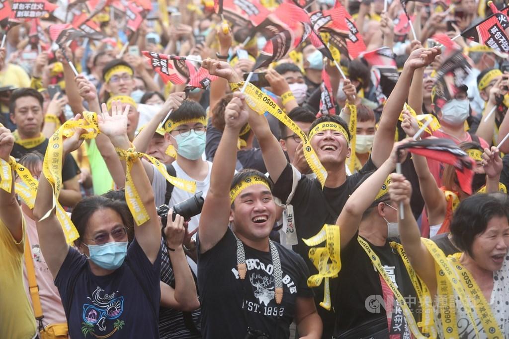 高雄市長韓國瑜6日傍晚確定成為台灣首名被罷免的直轄市長,罷韓總部外民眾獲知結果底定都相當亢奮,開心高舉雙手揮舞黃絲帶及旗幟。中央社記者吳家昇攝 109年6月6日