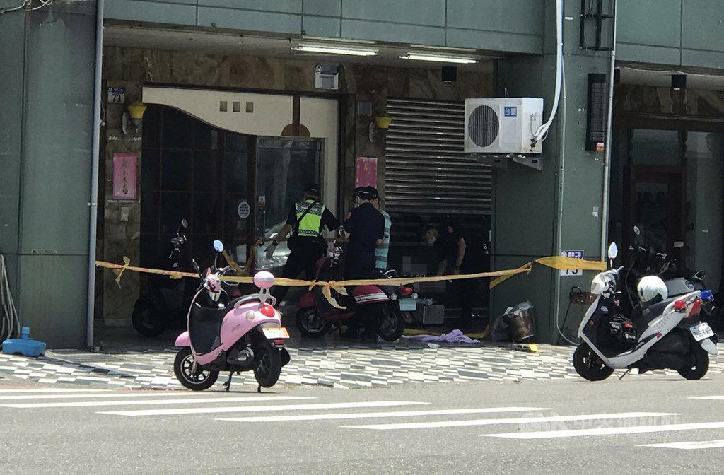 花蓮市國聯二路一間工程行6日上午突然有4名男子戴口罩、持刀械棍棒闖入,攻擊王姓、葉姓男子,2人遭砍傷送醫,警方到場後立即封鎖現場,追查涉案凶嫌身分。中央社記者張祈攝 109年6月6日