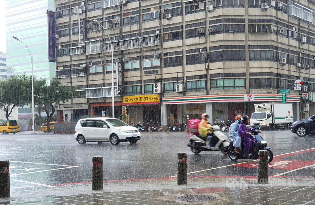 高雄市長韓國瑜罷免案6日投票,高雄地區上午天氣晴朗,不過午後對流發展旺盛,中央氣象局針對高雄等多縣市發布大雨特報,高雄市區下午也確實降下大雨。中央社記者郭芷瑄攝 109年6月6日