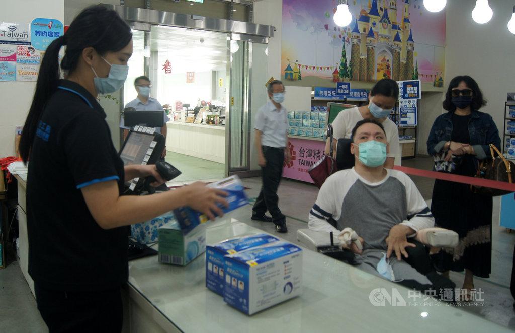 彰化華新口罩觀光工廠6日開賣口罩,有患者在親友陪同下前來排隊,希望買到合用的口罩。中央社記者吳哲豪彰化攝 109年6月6日