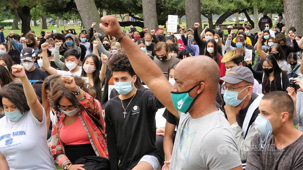 美國非裔男子佛洛伊德之死引發各地示威潮,洛杉磯郊區高中生5日發起和平抗議活動,群眾單膝下跪、高舉拳頭長達8分46秒。中央社記者林宏翰洛杉磯攝 109年6月6日