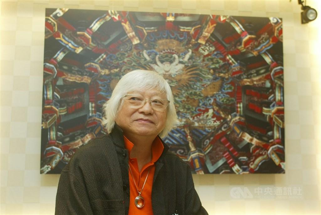 「台灣現代攝影第一人」的攝影家柯錫杰昨晚過世,享壽90歲。圖為2006年9月1日柯錫杰分享創作旅程與法英版攝影新書,後為他在鹿港龍山寺所拍攝的作品。(中央社檔案照片)