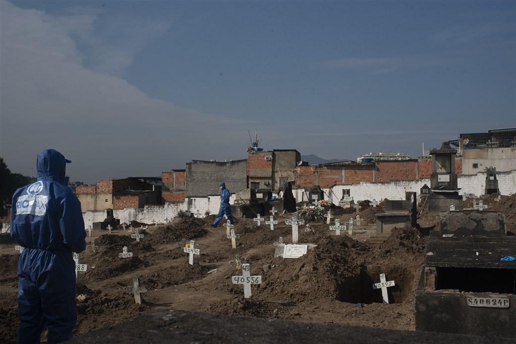 巴西感染2019冠狀病毒疾病致死人數激增,已超越英國,成為僅次於美國的全球染疫死亡人數第2高的國家。圖為武漢肺炎死者被安葬在里約熱內盧北部的公墓。(檔案照片/安納杜魯新聞社提供)