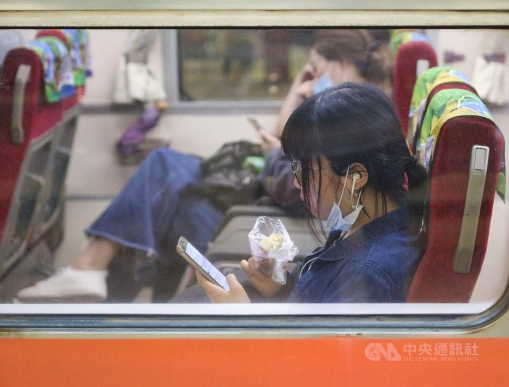 國內疫情趨緩,台鐵7日恢復列車上推車販售餐飲服務,若能維持社交距離,或相鄰旅客有戴口罩時,可於列車上飲食。圖為民眾在車上飲食。中央社記者謝佳璋攝 109年6月7日