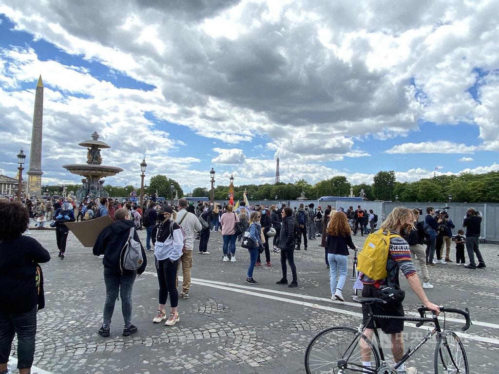 儘管巴黎警察局因公衛考量駁回集會申請,週六下午仍有民眾聚集在協和廣場,用和平方式表達對制度性種族歧視與社會不公義的控訴。中央社記者曾婷瑄巴黎攝 109年6月7日