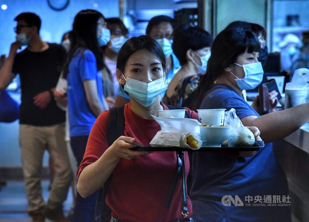 國內疫情趨緩,台灣7日正式迎來解封日,若能維持社交距離,餐廳不再限制顧客人數,但桌椅仍要維持適當距離,並加設隔板。圖為台北市知名豆漿店排滿用餐民眾。中央社記者王飛華攝 109年6月7日