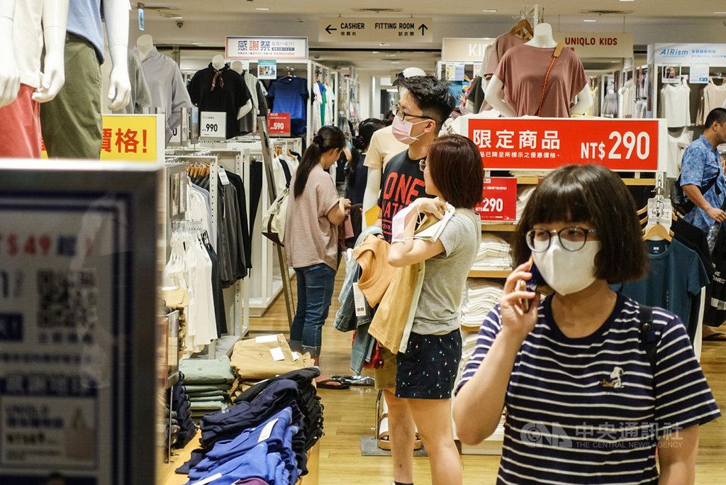 防疫大解封首日,許多民眾7日把握週末假期到百貨公司消費,部分民眾在室內仍戴口罩。圖為新北市百貨公司民眾購買情形。中央社記者林俊耀攝 109年6月7日