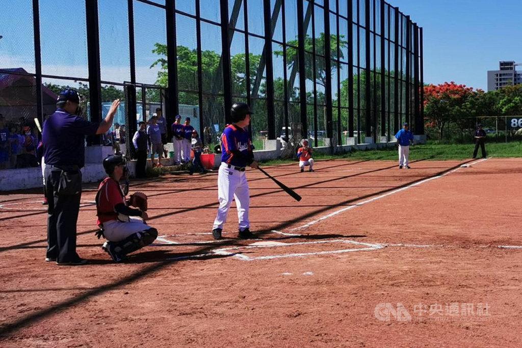 副總統賴清德(前右)7日到台南市永康區出席社區學齡棒球比賽時,站上打擊區打擊。中央社記者楊思瑞攝  109年6月7日