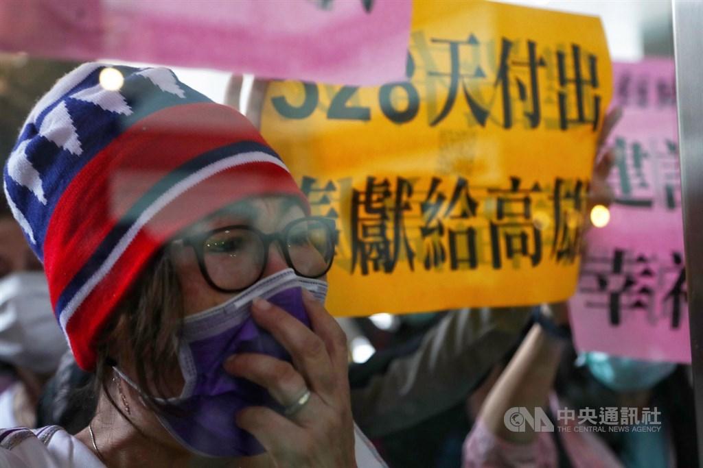 高雄市長韓國瑜成為台灣首名遭罷免成功的直轄市長,在高雄四維行政中心外,韓國瑜支持者難掩傷心神色,忍不住落淚。中央社記者王騰毅攝 109年6月6日