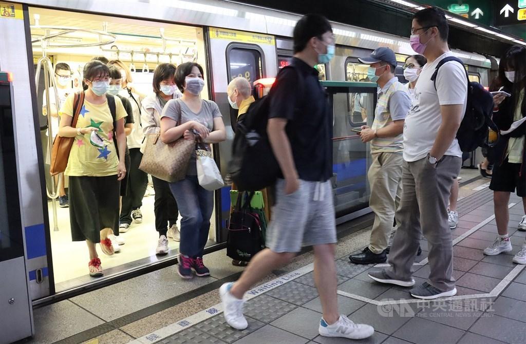 台北市政府5日宣布,7日將同步中央,鬆綁搭乘捷運、公車、計程車強制戴口罩措施,車廂車站內若能維持社交距離就可免戴,不過捷運進站、公車上車時仍要戴。圖為5日晚間民眾搭乘台北捷運。中央社記者張新偉攝 109年6月5日