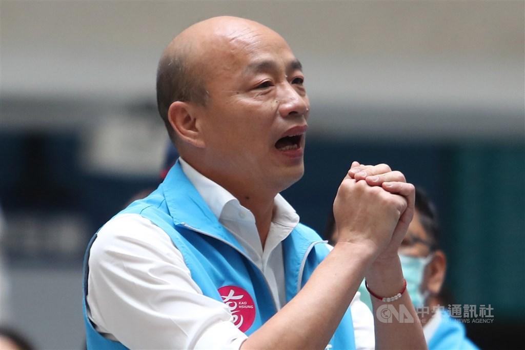 高雄市長韓國瑜(圖)遭到罷免,有藍委表示,韓國瑜仍是國民黨內最有戰鬥力的,未來要選黨主席或台北市長都可以;也有人建議韓先到各地聽聽民眾想法。圖為罷免案結果出爐後,韓國瑜拱手向團隊成員致意。中央社記者王騰毅攝 109年6月6日